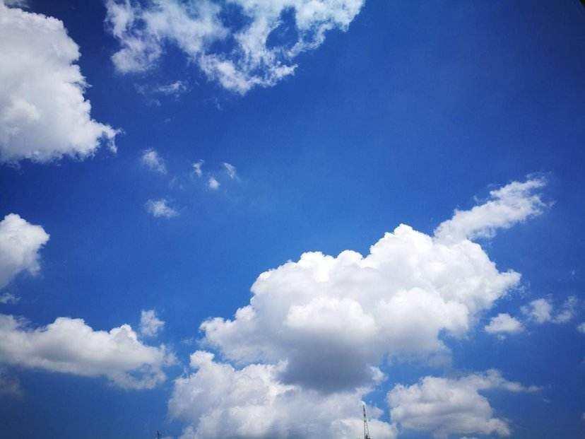 蓝天白云间